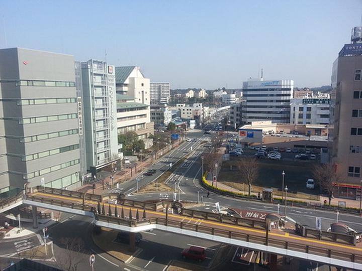 Вид из моего номера в Нарите. Вокруг станции несколько многоэтажных зданий, которые быстро заканчиваются, переходя в одно-двухэтажную застройку